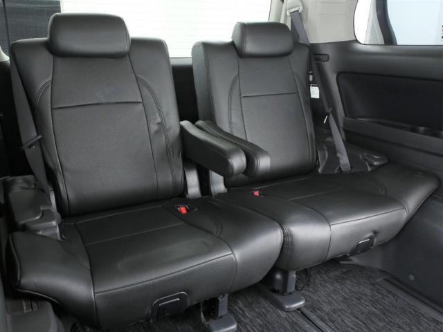 3人掛けのサードシート!3列の7人乗りのお車となっております!