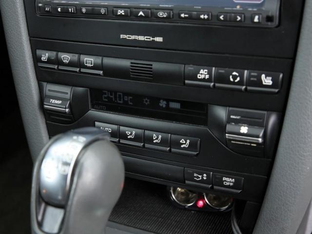 スイッチ類はセンターに集中!操作しやすい配置にデザインされております!