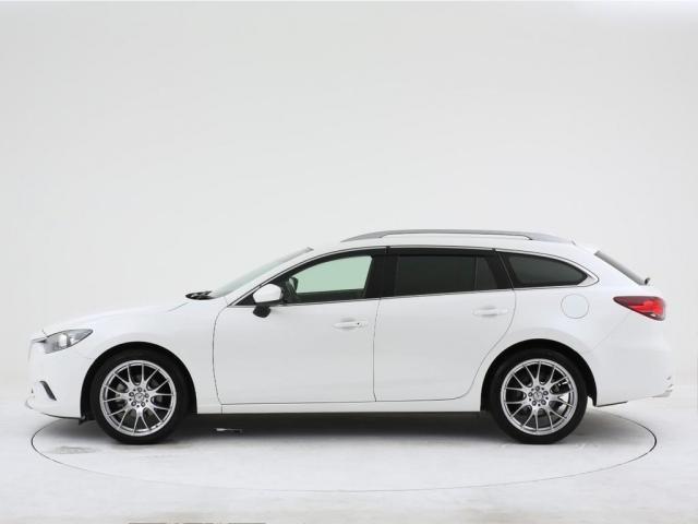 リアから見てもこの車のスタイリッシュさは伝わってきます。速くて燃費がそこそこ良くて使いやすくてカッコいい車が欲しいという難しい願いを叶えてくれる車はこの車の事だと思います。