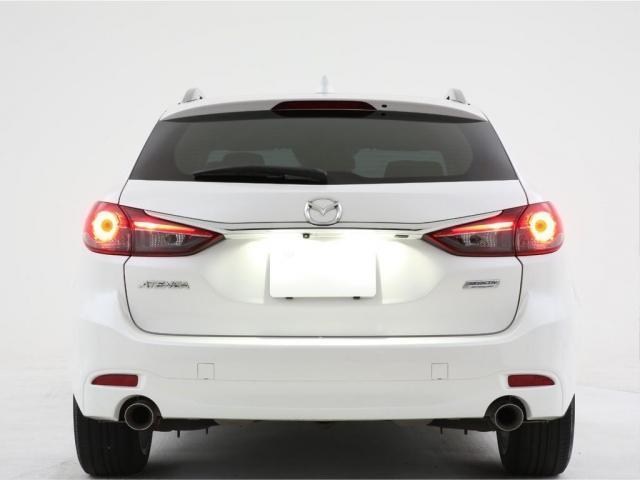 この鋭い眼光と純白なLEDヘッドライトで見る者を圧倒します。夜道で遭遇したら普通の車では無いと思ってしまう厳つさがあります。純正でこの状態はマツダさんに脱帽してしまいます。