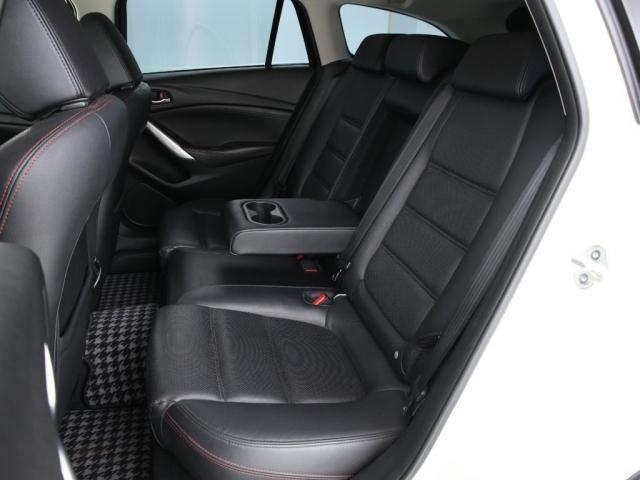 シートは黒のフルレザーとなっております。更に助手席と運転席はパワーシート(運転席は更に追加でメモリー機能付き)になっているのでこれで高級車の条件が揃いました。この車に乗れる方は幸せな方だと思います。