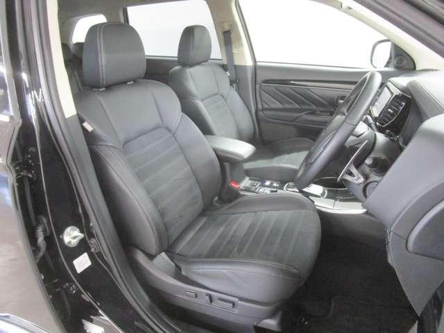 座り心地の良いハーフレザーフロントシートです!運転席にはシートヒーター機能も付いております。