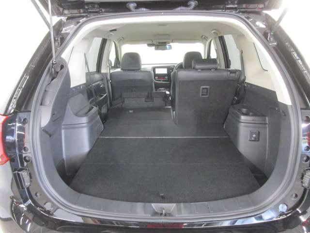 リヤシートを倒すと荷室を広く使えます!電動テールゲート付きで開口部も広く積み降ろしもラクラクです!