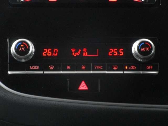 左右独立して温度調整が出来るフルオートエアコン。容量も十分なエアコンが室内を快適にします。