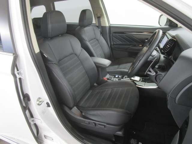 ゆったりとしたサイズのフロントシートは長距離の運転でもドライバーの疲労を軽減してくれます。冬には、温かいシートヒーター機能も付いております。