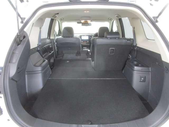 セカンドシートアレンジで、荷室を広く使用出来ます。車中泊等のご利用も可能です