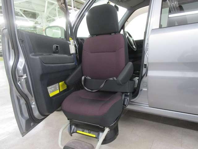 助手席はムービングシートの設定です。