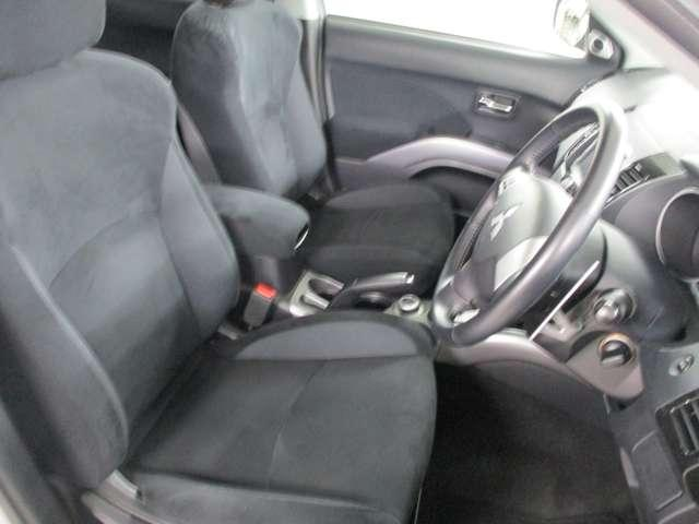 シートの厚みもあり、しっかりとした座り心地のフロントシート。目線も高く広い視界で安心して運転する事が出来ます!