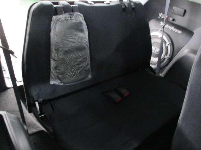 折り畳み収納式サードシート。