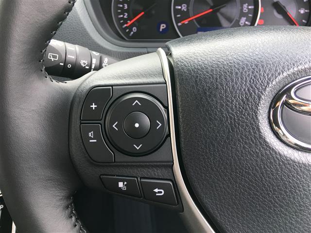 【 ステアリングスイッチ 】マルチインフォメーションディスプレイ内の表示切替やエアコンなどの操作を、ステアリングから手を離さずに行うことができ、運転に集中できます。