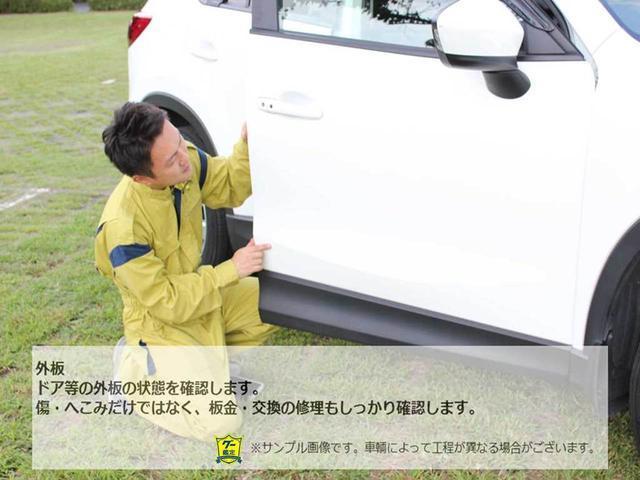 【ドア】ドアトリムの傷・割れ・たるみ等のダメージの確認をします。摘出したダメージは検査端末に入力し、コンディションチェックシートに記載します。