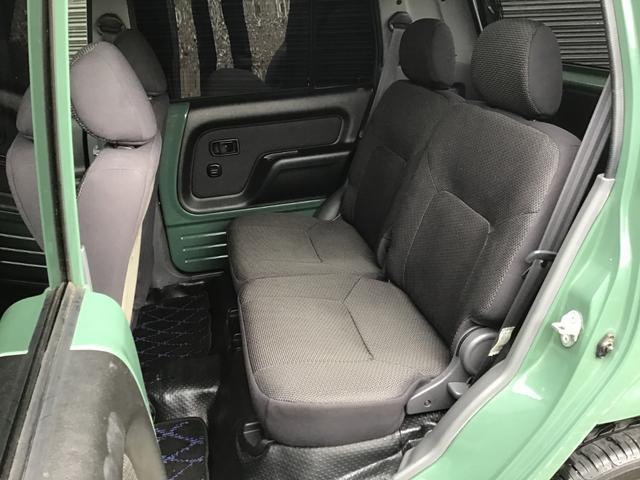 後部座席も同様、大きなシミや汚れはございません。