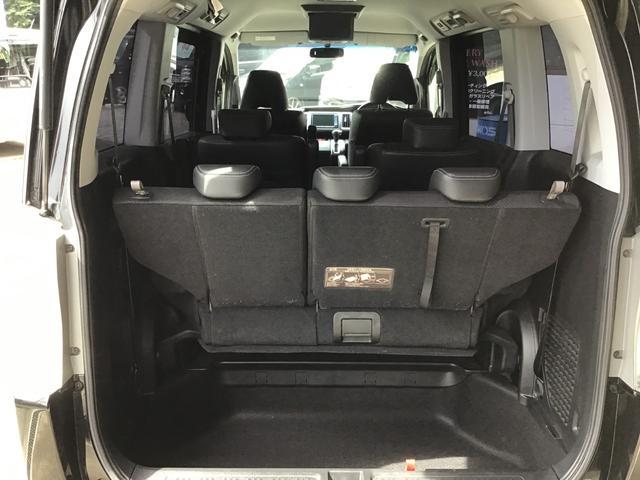後部座席を使用するとトランク部分は狭めですが多少の荷物であれば積めます。