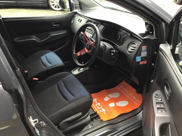 運転席のシートも目立つシミや汚れはございません。足元も広く乗り心地快適です!