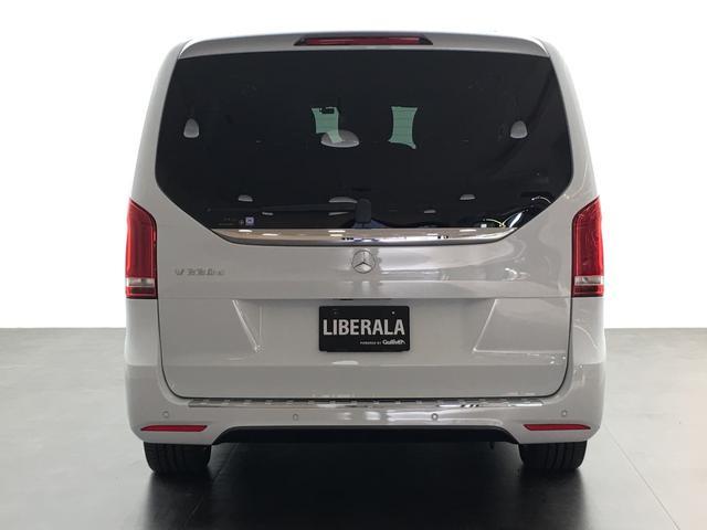 マットブラックにホワイトのLIBERALAのロゴの建物と看板が目印です。