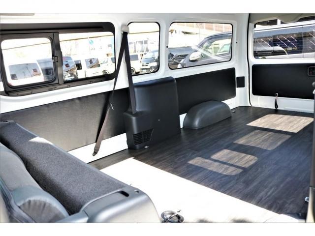 DX ワイド スーパーロング GLパッケージ ハイエースバン DX スーパーロング ディーゼルターボ 4WD 6型 パールホワイト  フロア施工 17インチアルミ オーバーフェンダー フロントスポイラー LEDテールランプ 8インチSDナビ(4枚目)