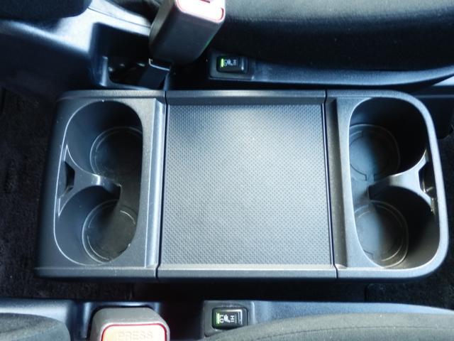 センターコンソールボックス横のスイッチを作動させればシートの着座部分が暖かくなりますので、寒い季節にとても便利な機能です。下半身が温まりますので、冬場もエアコンの使用を控えることも可能です。