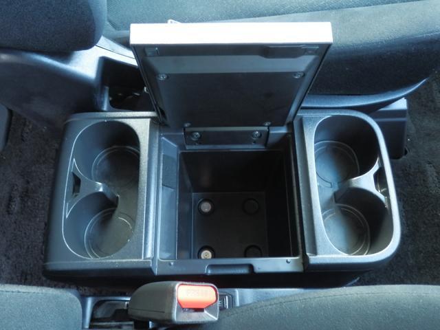 センターコンソールボックスも大容量です!カップホルダーは4か所!シートヒーターは左右のスイッチで作動する事が可能です!