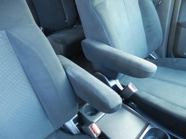 アームレストも左右両方の席に装着されています!長距離ドライブでも肘が疲れにくくなり、とても便利な装備です。もちろんありがちな擦り傷やダメージは無く、綺麗な状態です!