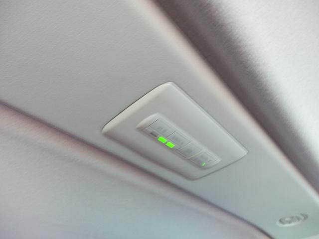 リアクーラーやリアヒーターも頭上のスイッチから操作可能です!車両前方に座っている方に声をかけてエアコンを作動させる必要も無く、三列目の方が任意で操作可能ですので、とても便利です!