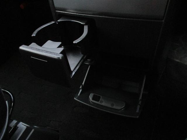 プッシュオープン式のカップホルダーに加え、下部にも収納ボックスがございます。写真では見えにくいですが、その中間部分にも小物入れがございます!とにかく、収納力抜群のクルマです!