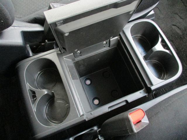 デリカD:5はセンターコンソールボックスも大容量です!カップホルダーは、なんと4か所!小物置きとしても非常に便利です!シートヒーターは左右のスイッチで作動する事が可能です!