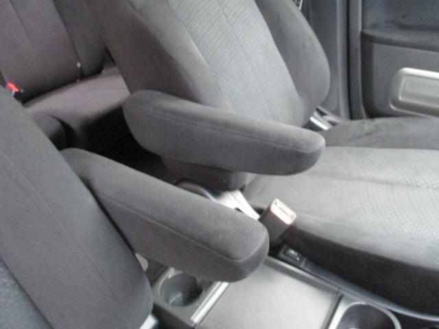 アームレストは運転席、助手席共に装着されております。便利な事に、お好きな角度での固定も可能ですので、長距離ドライブでも腕が疲れる事もありません。ありがちな破れや汚れも無く、非常に綺麗な状態です。