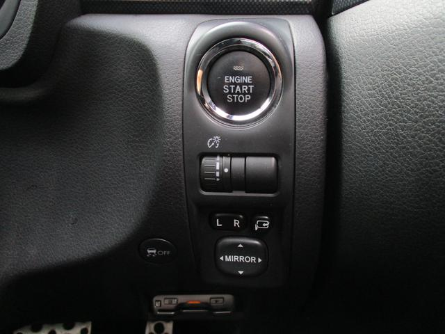 プッシュスタートなので、ブレーキを踏んでスイッチを押すだけでエンジンの始動が可能です。キーは差し込まず、ポケットやバッグに入れたままエンジンの始動が可能なので、非常にラクチンです♪
