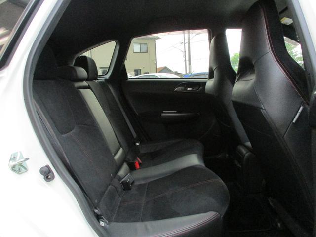 とても広々とした後部座席です。大人が後部座席に乗っても余裕のあるスペースですので、大人数の長距離でも余裕のドライブが可能です。