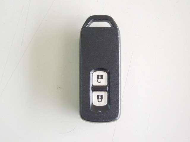 スマートキーが装備されています。携帯するだけで、ドアの開閉や鍵の施錠解錠またエンジン始動が出来るセキュリティ機能の付いたキーです。