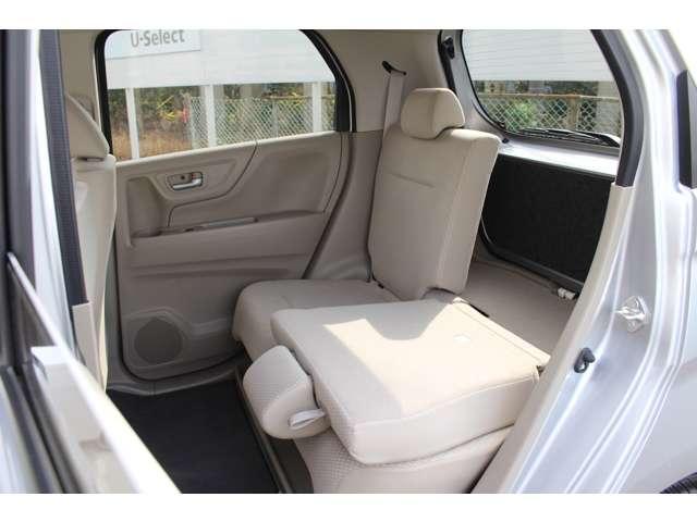 後席の肩にあるストラップを引きながら、背もたれを前に倒すだけで、すぐ広大な荷室に。