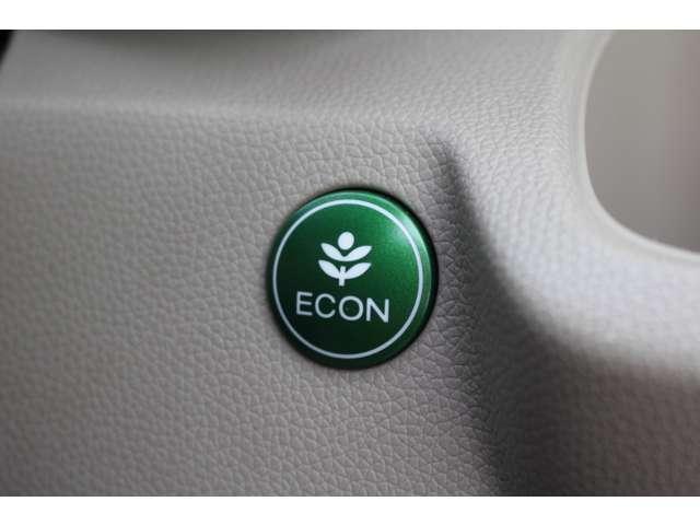 ECONモードはアクセルペダルの動きに対するエンジンの反応と、エアコンの制御を切り替えることで、エネルギー消費を抑えて燃費を向上します。
