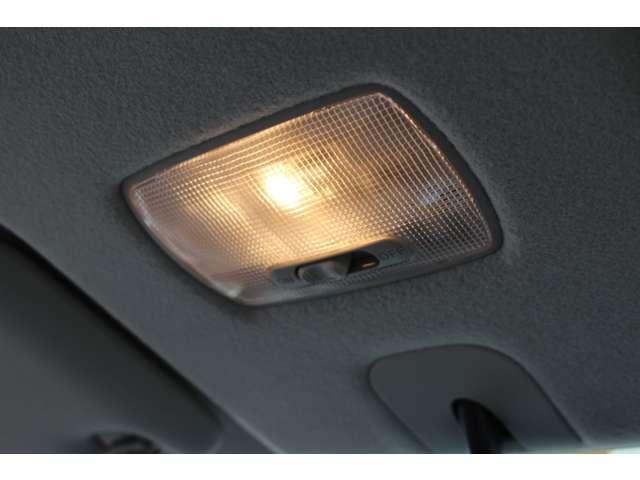 ドアの開閉に連動して点灯することで、夜間でも安全に乗り降りができます!