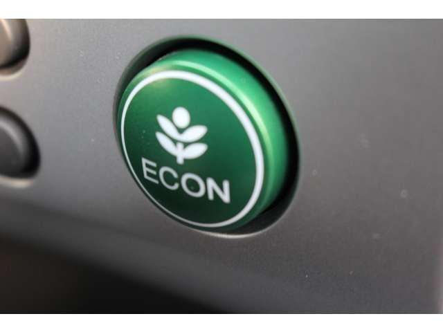 エンジンやエアコンを制御してクルマ全体を低燃費モードにします。ECONスイッチ(ECONモード)