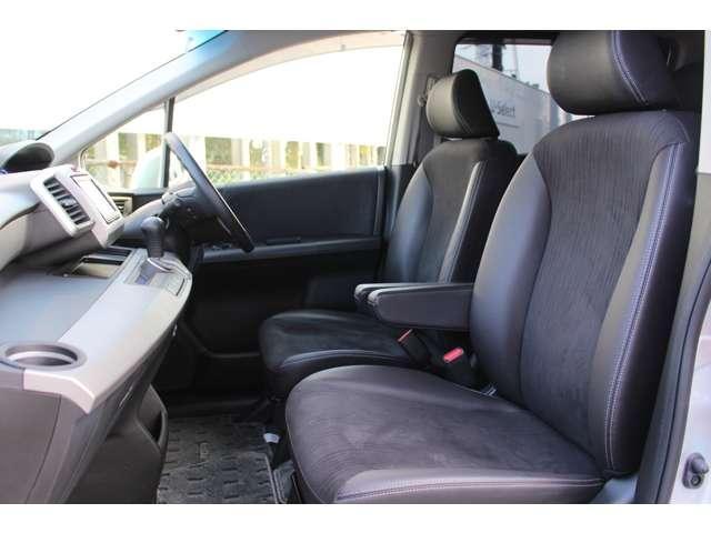 運転席・助手席はアームレスト付きでゆったりドライブ楽しめます。