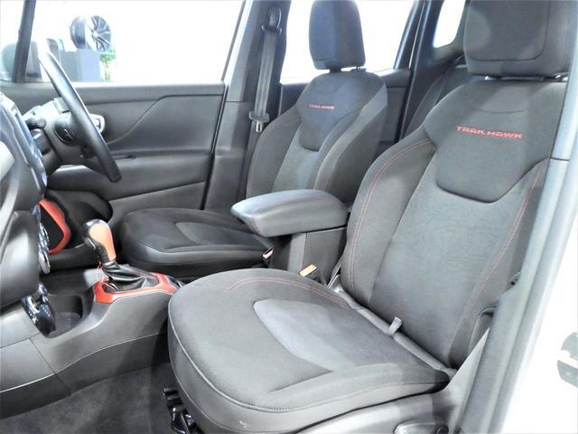 トレイルホーク専用シート!!助手席下には収納スペースも確保されています!!
