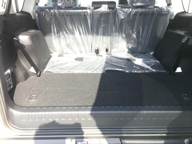 【トランク】荷物の積み込むのに十分のスペースがございます。また、よりスペースが欲しいということであれば、三列目シートを格納していただければより大きなスペースを確保できます。