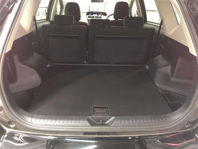 【トランク】荷物の積み込むのに十分のスペースがございます。また、よりスペースが欲しいということであれば、後部座席を倒していただければより大きなスペースを確保していただけます。