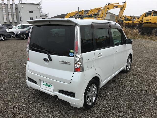 透き通るような白の外装色がお車全体にエレガントな雰囲気を付け加えています!!