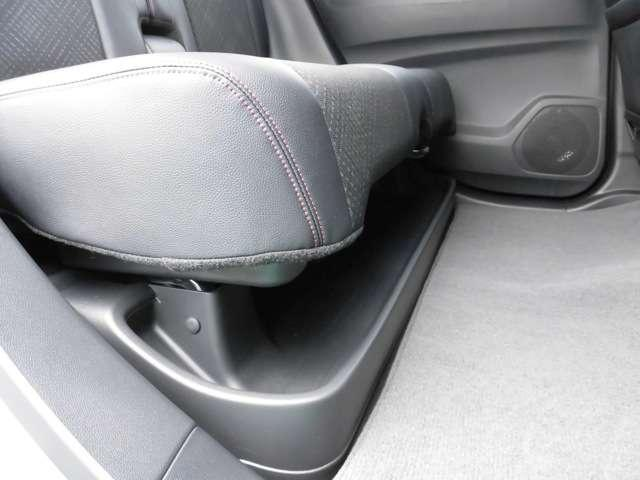 リアシートの下には傘や靴などの便利な収納スペースがあります。