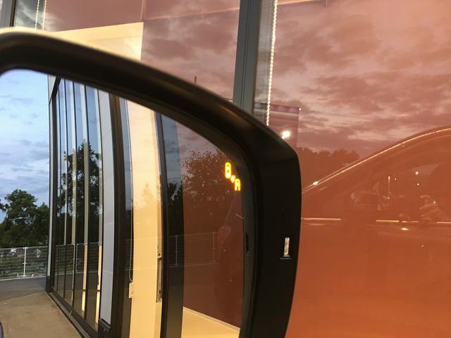 【スバルリヤビークルディテクション】車体後部に内蔵されたセンサーによって、自車の後側方から接近する車両を検知。ドアミラー鏡面のLEDインジケーターや警報音でドライバーに注意を促します。