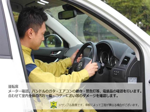 【運転席】メーター確認、ハンドルのガタ・エアコンの動作・警告灯。装備品の確認を行います。合わせて室内全体の汚れ、傷・コゲ・におい等のダメージを確認します。