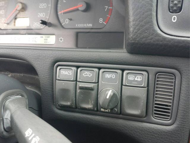 レザーシートのスレは少ない方だと思います。ドライバーズシートをご覧下さい(生活傷程度しかありません) ラゲッジスペースからフロア、天張に至るまで良好です。
