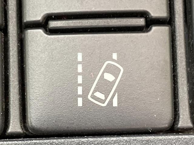 ◆レーンディパーチャーアラート【単眼カメラで道路上の白線を認識し、ドライバーがウィンカー操作をせずに車線を逸脱するとブザーとディスプレイ表示で警告します】
