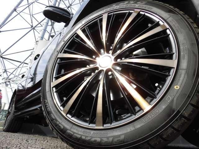パフォーマンスホイール20インチアルミでドレスアップされています!タイヤは国産新品取り付け済です!