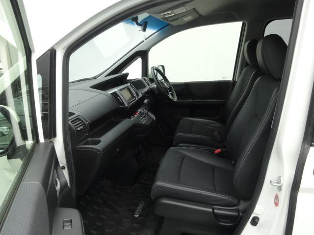 運転席に座ったときの頭上スペースも余裕たっぷり、ロングドライブも快適にすごせます。