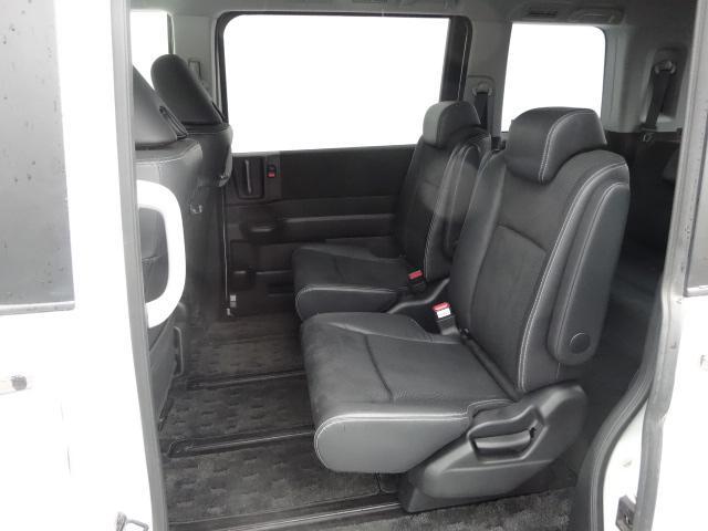 座り心地の良いシートをゆったり配置した室内は、まるでリビングのようにのびのび大空間です。