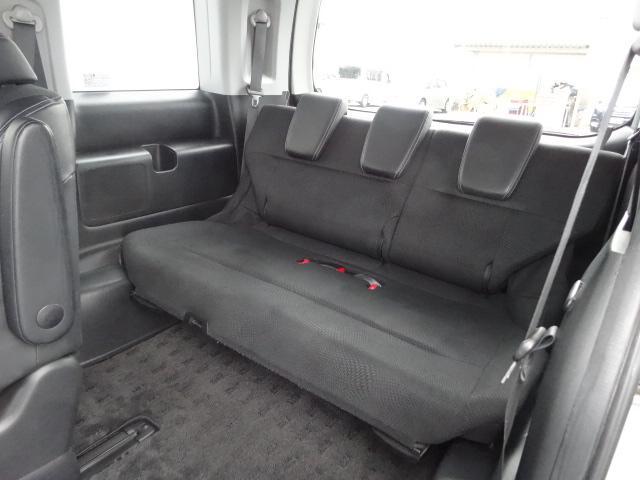 3列目のシートも大人3人が十分座れる広さがあります。