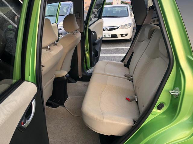 後席も広々肉厚シートで快適!後席座面は立てるようにたためるので、背の高い荷物も積めます!