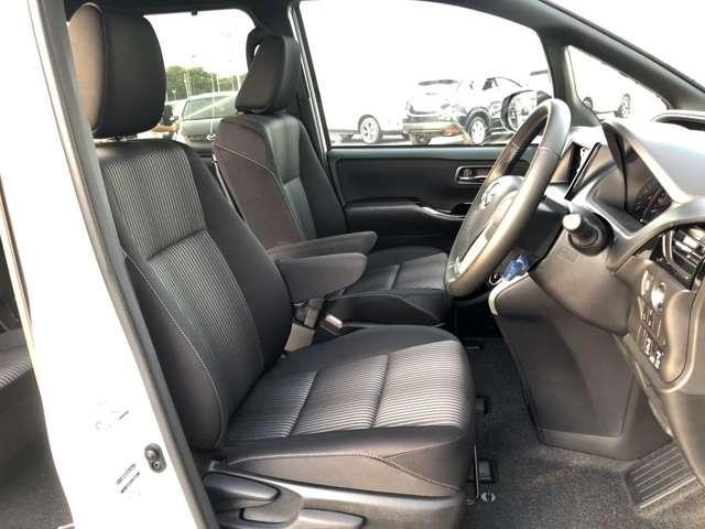 【運転席・助手席】大人二人が乗ってもフロント席は広々空間♪